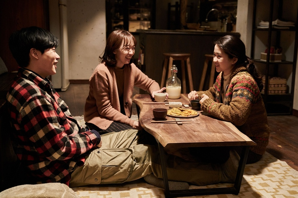 영화 <리틀 포레스트>의 한 장면. 왼쪽부터 재하(류준열) 은숙(진기주) 혜원(김태리)가 대화를 나누고 있다.