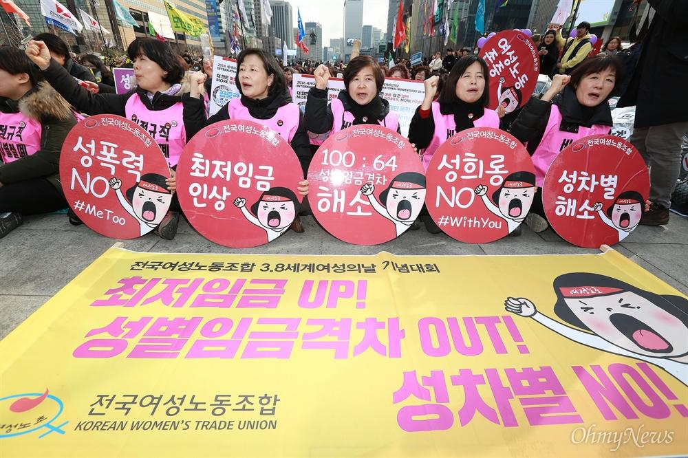 """""""조기퇴근 3시! 미투!"""" 3.8여성의 날 거리행진 109주년 3.8여성의 날을 맞아 8일 오후 서울 광화문광장에서 '조기퇴근시위 3시 STOP' 행사가 열렸다. 참가자들은  한국에서 남성 월급이 100일 경우 여성 임금은 64수준으로 OECD 가입국중 성별임금격차 1위라며, 이는 1일 근로시간 8시간으로 환산할 경우 여성은 오후 3시부터 무급으로 일하는 것이라고 밝혔다. 참가자들은  '#3시 STOP'과 성폭력 추방을 위한 '#MeToo' 피켓을 들고 행진을 벌였다."""