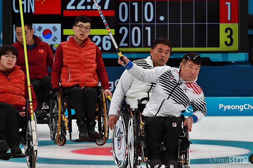 평창동계패럴림픽 한국 휠체어컬링 대표팀의 정승원 선수가 15일 오후 강릉 컬링센터에서 진행된 중국과의 경기에서 투구 후 스톤을 바라보고 있다.