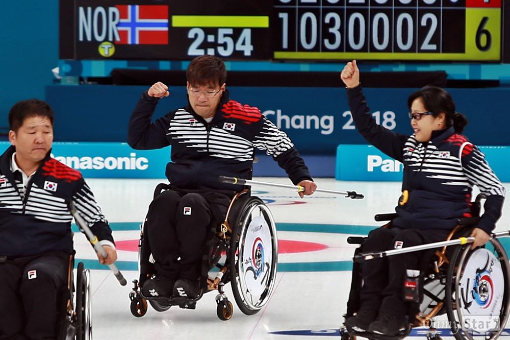 스킵의 불끈 쥔 주먹 '좋았어!' 평창동계패럴림픽 휠체어컬링 한국 대 노르웨이의 준결승이 16일 오후 강릉 컬링센터에서 진행됐다. 서순석 선수가 연장전으로 가는 동점 샷을 성공시킨 뒤 기뻐하고 있다.