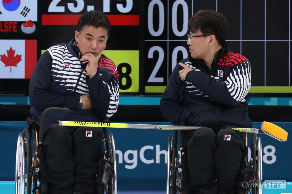 17일 오전 강원도 강릉컬링센터에서 열린 2018평창패럴림픽 컬링 3,4위 결정전에서 대한민국 휠체어 컬링 선수들이 캐나다 선수들과 시합을 하고 있다.