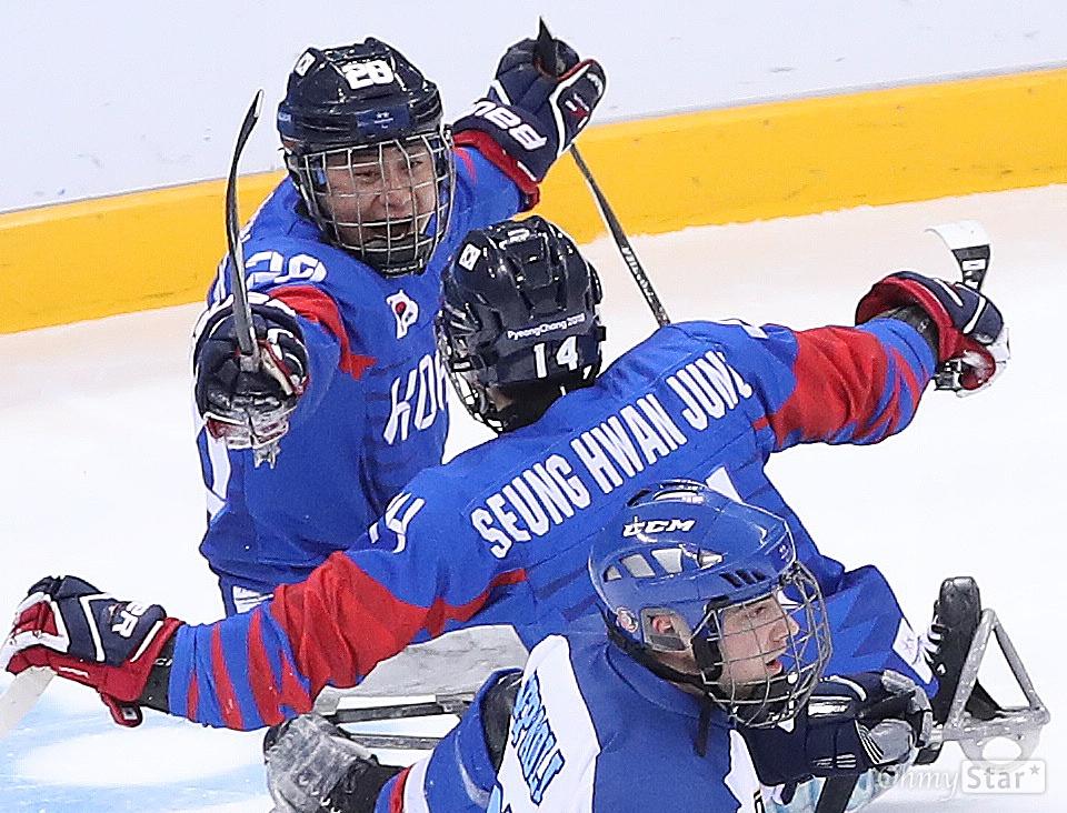 아이스하키 1-0 승리, 동메달 획득 17일 오전 강원도 강릉하키센에서 열린 2018평창패럴림픽 아이스하키 동메달 결정전에서 한국팀 장동신 선수가 3피어리드에서 결승골을 터뜨려 이탈리아를 1대 0으로 꺽고 동메달을 획득했다.