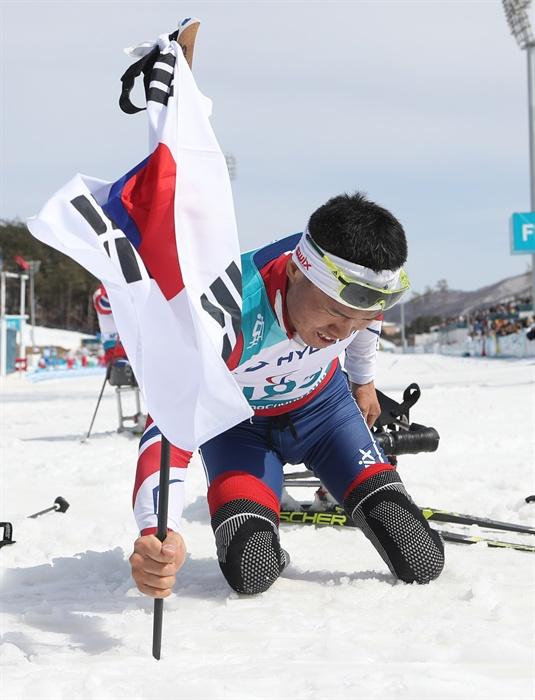 태극기 꽂는 신의현 17일 오후 강원도 평창 바이애슬론센터에서 열린 2018 평창동계패럴림픽 크로스컨트리스키 남자 7.5km 좌식 경기에서 한국 신의현이 금메달이 확정되자 태극기를 바닥에 꽂고 있다.