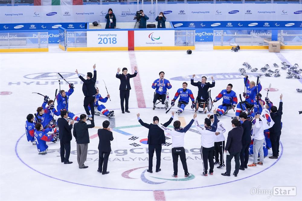 대한민국 아이스하키 선수들이 17일 오후 강원도 강릉아이스하키센터에서 열린 2018평창패럴림픽 3, 4위 결정전에서 이탈리아에게 승리한 뒤 태극기를 펼치고 애국가를 부르고 있다.
