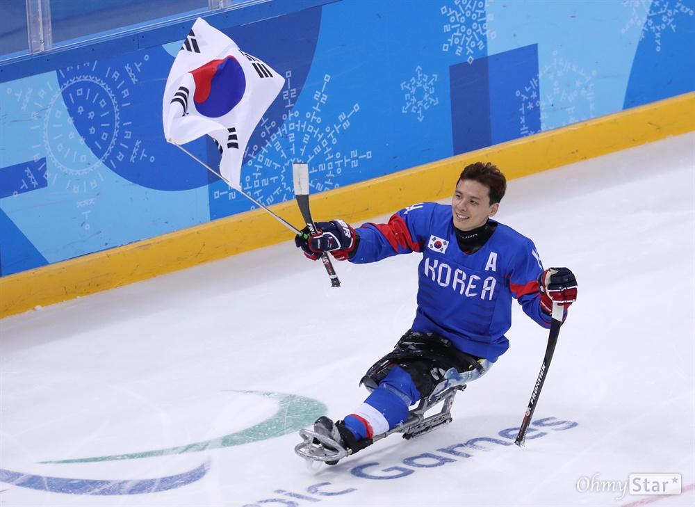 대한민국 아이스하키 정승환 선수가 17일 오후 강원도 강릉아이스하키센터에서 열린 2018평창패럴림픽 3, 4위 결정전에서 이탈리아에게 승리한 뒤 태극기를 흔들며 경기장을 돌고 있다.
