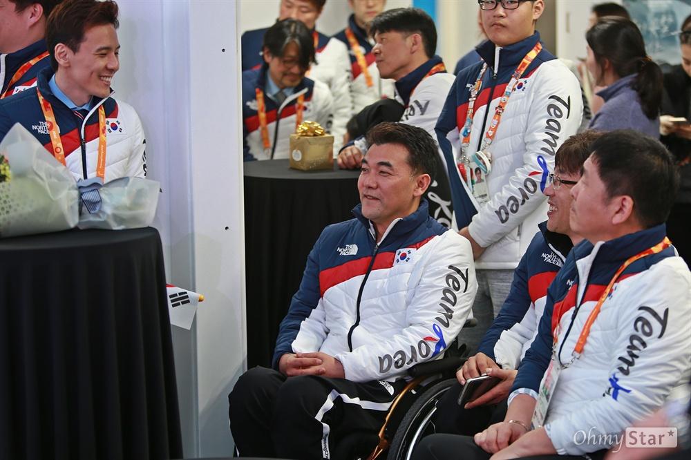 평창동계패럴림픽 '한국 선수단의 밤' 행사가 17일 오후 강릉 올림픽플라자 내 코리아하우스에서 열렸다. 아이스하키 팀 정승환 선수(왼쪽)와 휠체어컬링 팀 차재관, 서순석, 이동하 선수가 웃으며 이야기를 나누고 있다.