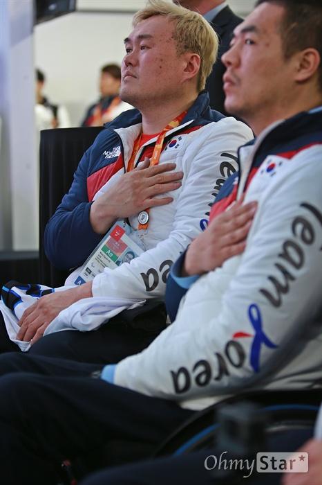 평창동계패럴림픽 '한국 선수단의 밤' 행사가 17일 오후 강릉 올림픽플라자 내 코리아하우스에서 열렸다. 아이스하키 팀 유만균, 장종호 선수가 국민의례를 하고 있다.