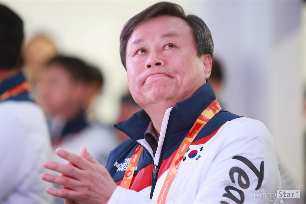 평창동계패럴림픽 '한국 선수단의 밤' 행사가 17일 오후 강릉 올림픽플라자 내 코리아하우스에서 열렸다. 도종환 문화체육관광부 장관이 행사 도중 상영된 패럴림픽 하이라이트 영상을 보며 눈시울을 붉히고 있다.