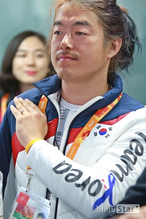 평창동계패럴림픽 '한국 선수단의 밤' 행사가 17일 오후 강릉 올림픽플라자 내 코리아하우스에서 열렸다. 스노보드 박항승 선수가 행사 도중 박수를 치고 있다. 박 선수는 교통사고로 오른팔과 오른다리를 잃었다.