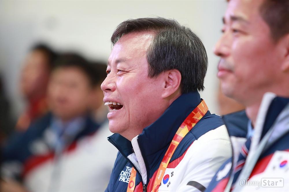 평창동계패럴림픽 '한국 선수단의 밤' 행사가 17일 오후 강릉 올림픽플라자 내 코리아하우스에서 열렸다. 도종환 문화체육관광부 장관이 이날 생일을 맞은 아이스하키 팀 이재웅 선수의 발언을 들으며 웃음을 내보이고 있다.