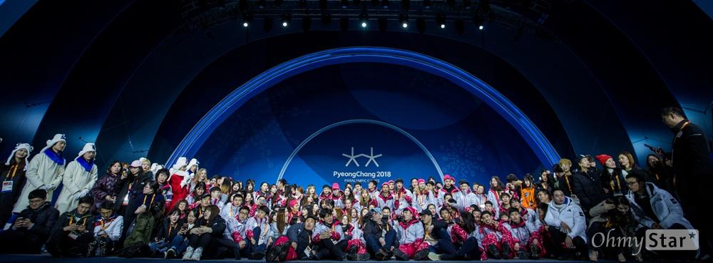 2018평창 패럴림픽 폐막을 하루 앞 둔 17일 오후 강원도 평창 올림픽메달플라자에서 원활한 경기와 행사 진행을 위해 힘써온 자원봉사자들과 대회관계자들이 함께 기념사진을 찍고 있다.