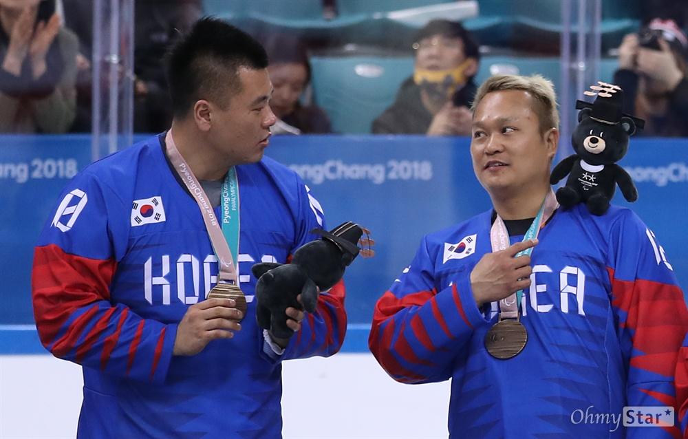 18일 강원도 강릉아이스하키센터에서 열린 2018평창동계올림픽 아이스하키 메달 수여식에서 한국 선수들이 동메달을 받고 기뻐하고 있다.