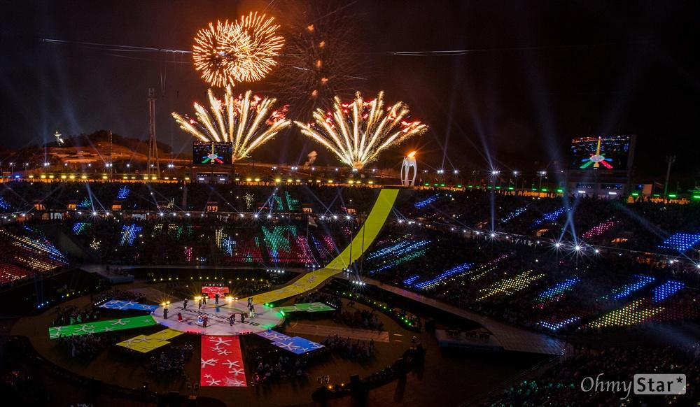 18일 오후 강원도 평창 올림픽메인스타디움에서 2018평창패럴림픽 폐막식 시작을 알리는 불꽃이 터지고 있다.
