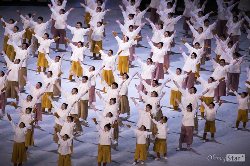 18일 오후 강원도 평창올림픽 스타디움에서 2018 평창 동계패럴림픽 폐회식에서 '아라리요' 공연이 펼쳐지고 있다.