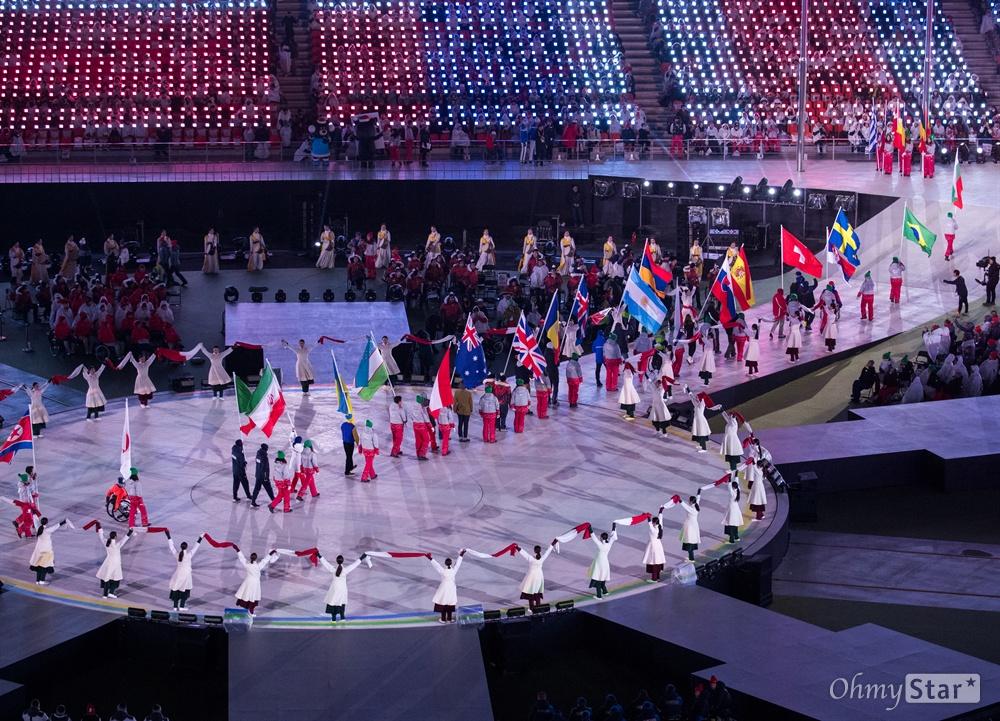 18일 오후 강원도 평창올림픽 스타디움에서 열린 2018 평창동계패럴림픽 폐회식에서 각국 국기가 입장하고 있다.