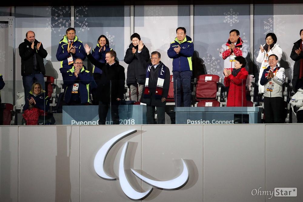 평창패럴림픽 폐막식 참석한 문재인 대통령 18일 오후 강원도 평창올림픽스타디움에서 열린 2018 평창패럴림픽 폐회식에서 문재인 대통령과 앤드류 파슨스 국제패럴림픽위원회(IPC) 위원장이 인사를 하고 있다.