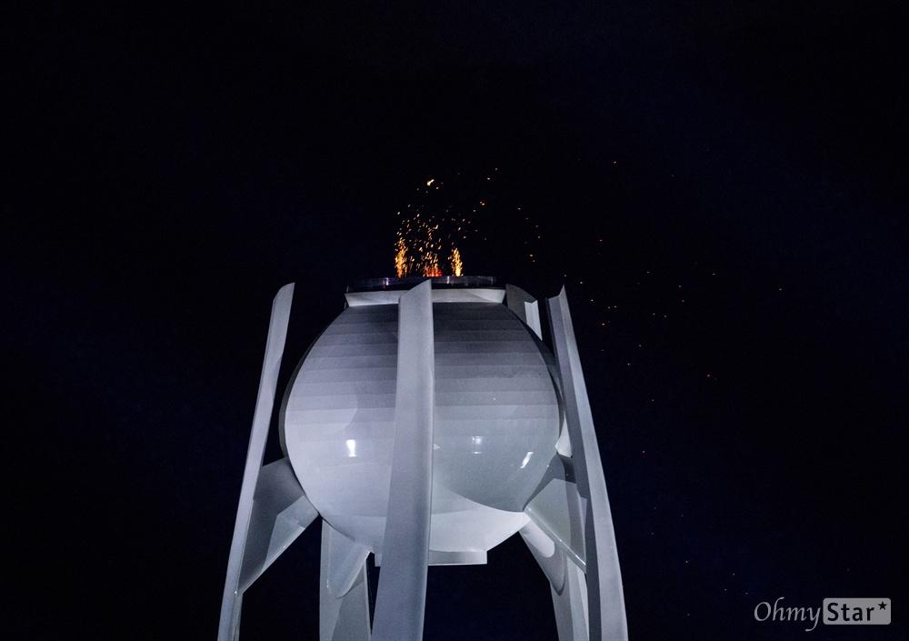 폐막과 함께 꺼지는 성화  18일 오후 강원도 평창올림픽 스타디움에서 열린 2018평창동계패럴림픽 폐회식에서 대회기간 동안 타올랐던 성화가 꺼지고 있다.