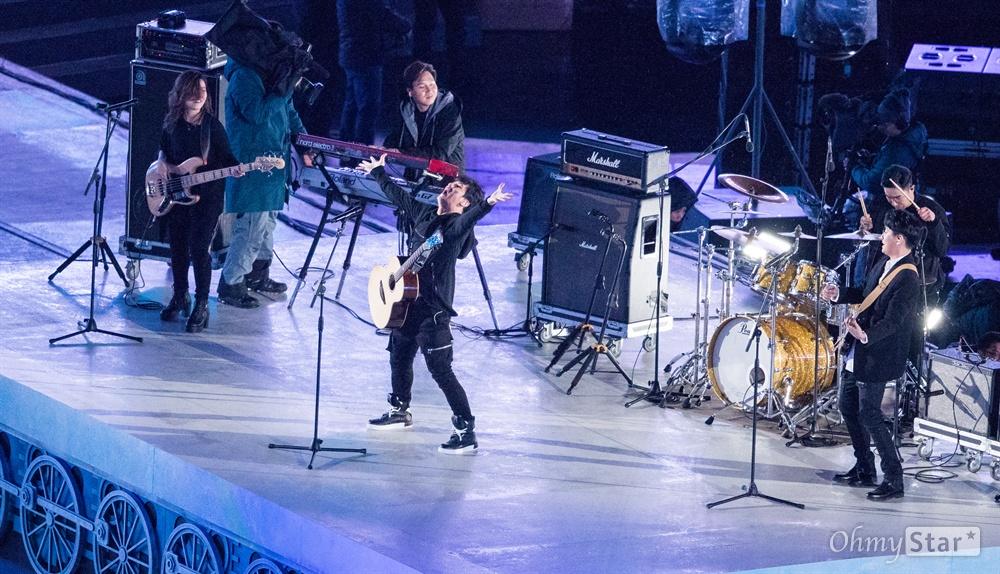 18일 오후 강원도 평창올림픽 스타디움에서 열린 2018평창동계패럴림픽 폐회식에서 장애인·비장애인으로 구성된 배희관밴드가 공연을 펼치고 있다.