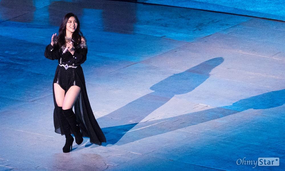 18일 오후 강원도 평창올림픽 스타디움에서 열린 2018평창동계패럴림픽 폐회식에서 가수 에일리가 공연을 펼치고 있다.