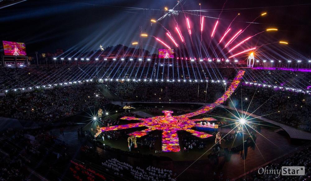 18일 오후 강원도 평창 올림픽메인스타디움에서 2018평창패럴림픽 폐막식 끝을 알리는 불꽃이 터지고 있다.