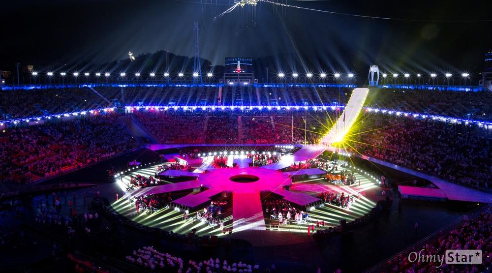 18일 오후 강원도 평창올림픽 스타디움에서 열린 2018평창동계패럴림픽 폐회식에서 대회기간 동안 타올랐던 성화가 꺼지고 있다.