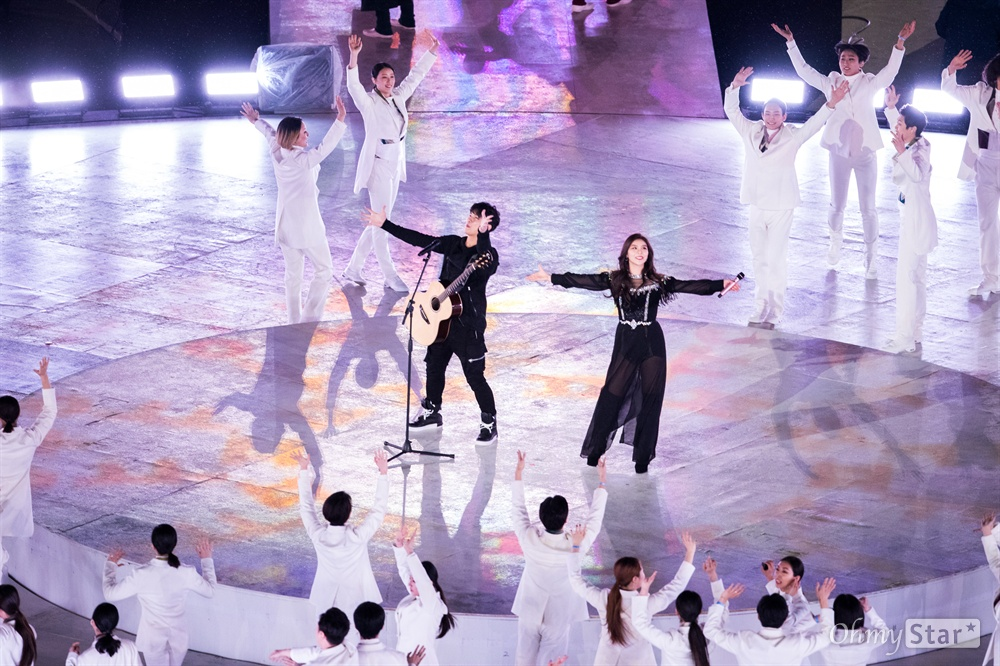 가수 에일리와 장애인·비장애인으로 구성된 배희관밴드가 18일 평창 올림픽플라자 내 올림픽스타디움에서 열린 평창동계패럴림픽 폐회식에서 '그대에게'를 함께 열창하고 있다.