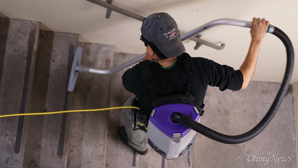 3월 2일 오전 미국 워싱턴 주 시애틀에 있는 워싱턴대학교 보건대학 건물에서 살바도르 카스티요씨가 청소를 하고 있다.