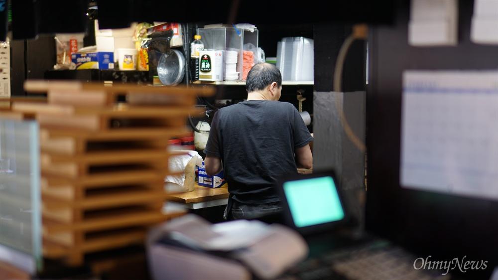 지난 2월 23일 미국 워싱턴 주 시애틀의 한 일식당에서 한 노동자가 일을 하고 있다.
