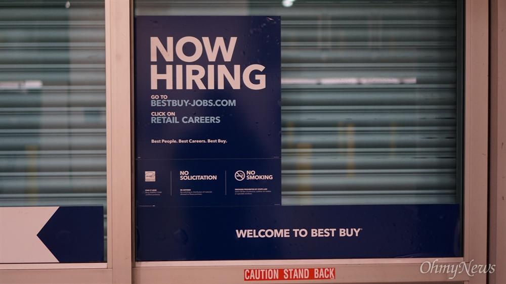 지난 2월 22일 미국 워싱턴 주 시애틀의 노스게이트 지역에 있는 가전제품 판매점 '베스트 바이' 입구에 구인 광고가 붙어있다.