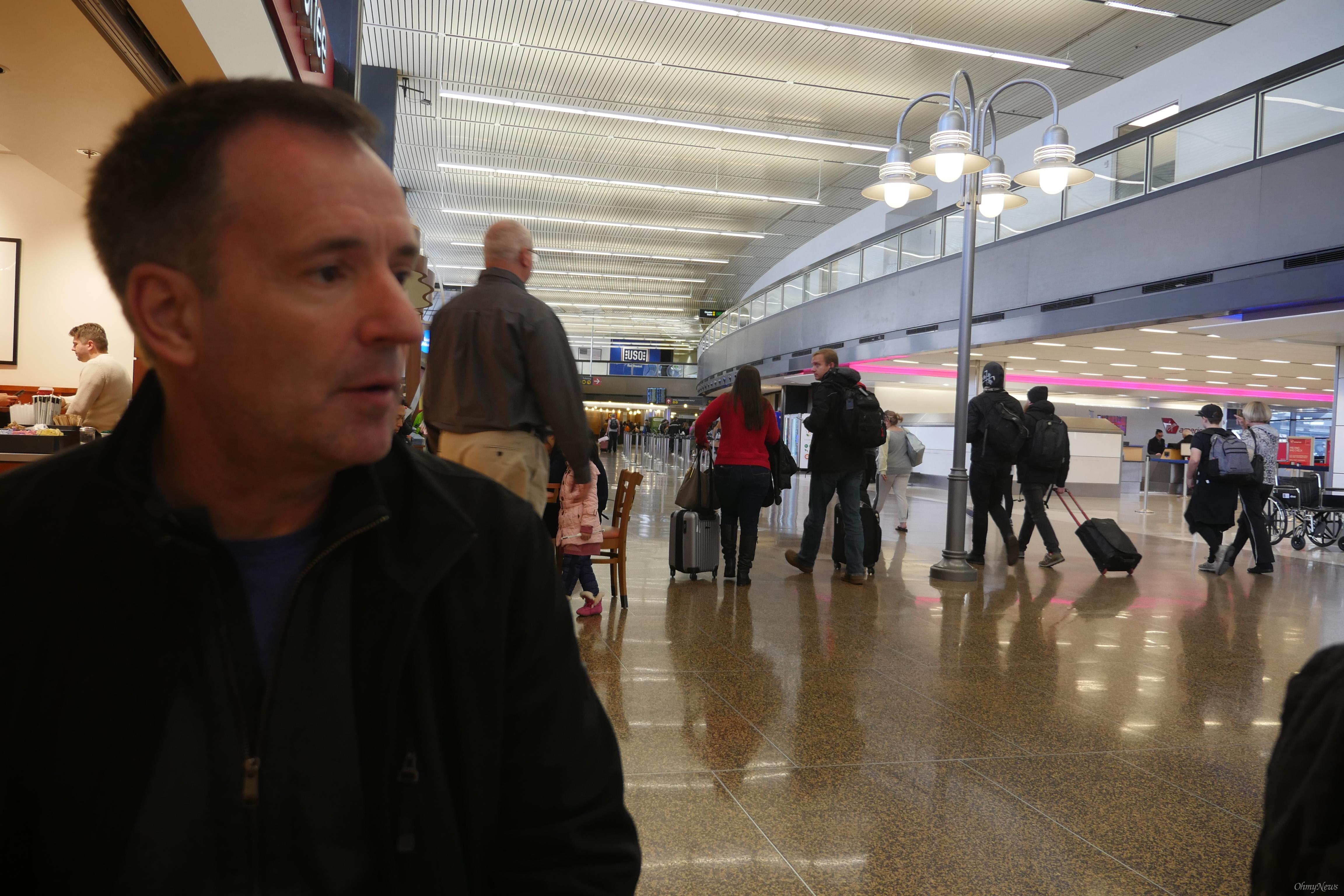알렉스 훕스 1989년부터 처음 알래스카 항공에서 일했던 알렉스 훕스씨는 2011년 알래스카 항공에 두 번째 취업했다.