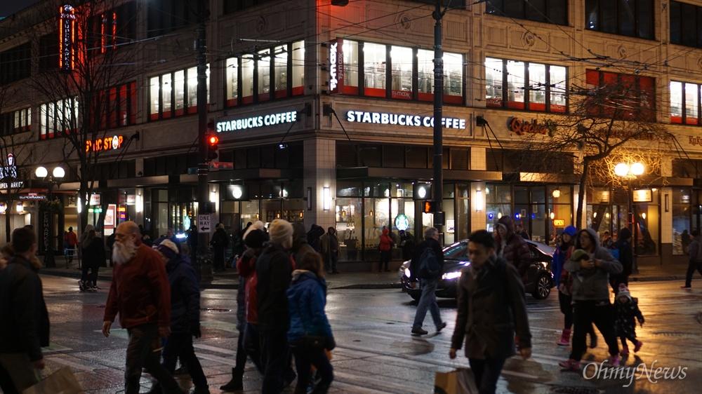 2월 24일에 촬영한 미국 워싱턴 주 시애틀 도심 스타벅스 모습.