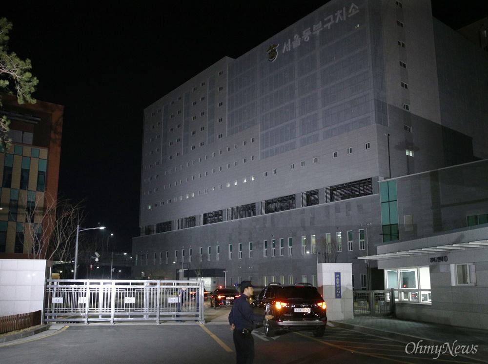 구치소 들어서는 MB 뇌물수수 등 혐의로 구속영장이 발부된 이명박 전 대통령이 자정을 넘긴 23일 오전 검찰 차량을 타고 서울동부구치소로 들어가고 있다.