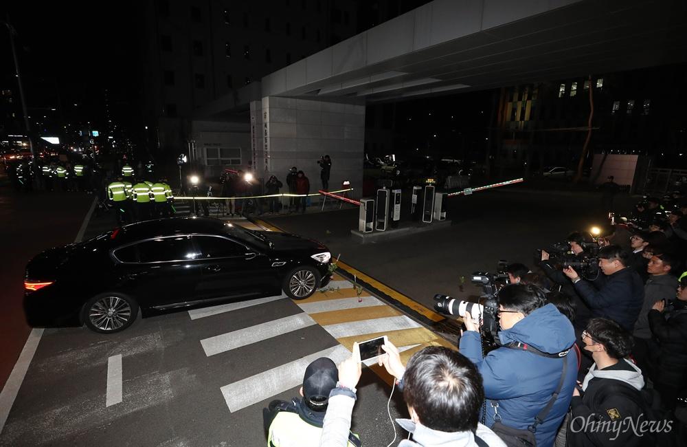 구치소 들어서는 MB 호송차량 뇌물수수 등의 혐의로 구속영장이 발부된 이명박 전 대통령이 탄 검찰 차량이 23일 오전 서울 송파구 서울동부구치소로 들어가고 있다.