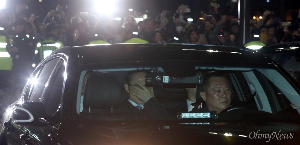구치소 들어서는 MB 뇌물수수 등 혐의로 구속영장이 발부된 이명박 전 대통령이 23일 오전 검찰 차량을 타고 서울동부구치소로 들어가고 있다. 이 모습을 지켜보는 시민들이 박수를 치거나 폰카를 찍고 있다.