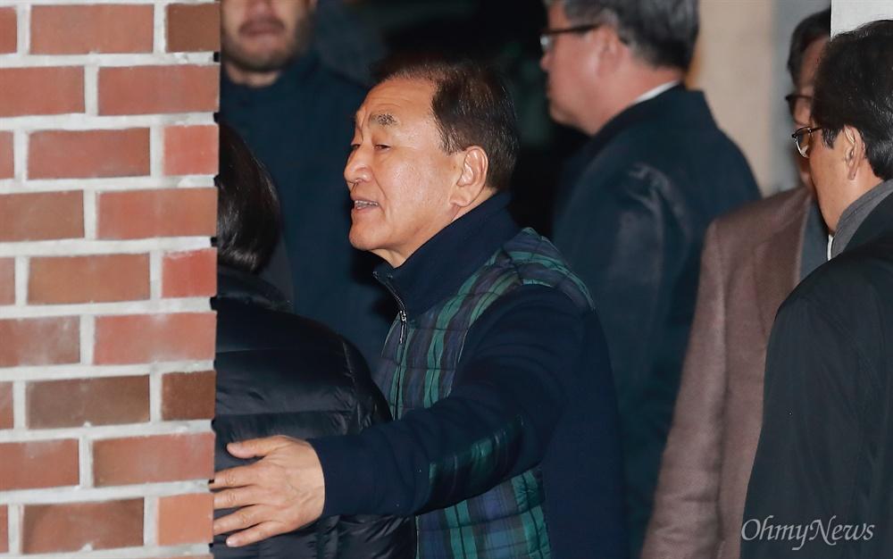MB가족 위로하는 이재오 이재오 전 의원이 23일 오전 서울 강남구 논현동 이명박 전 대통령 자택에서 뇌물 등 혐의로 구속영장이 집행되어 동부구치소로 압송된 이 전 대통령을 배웅한 뒤 슬퍼하는 가족들을 위로하고 있다.