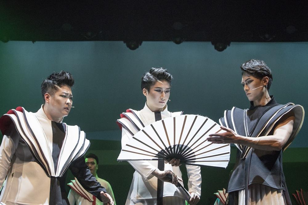 판소리 <적벽가>, 뮤지컬 <적벽>이 되다 지난 3월 15일, 서울 정동극장에서 개막한 뮤지컬 <적벽>은 판소리 다섯 마당 중 한 마당인 <적벽가>를 뮤지컬화한 작품이다. 지난 2017시즌에 이어 관객 호평 속에 돌아왔다.