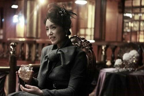 영화 <석조저택 살인사건>의 한 장면. 해당 작품에서 박지아는 성 마담 역을 맡았다.