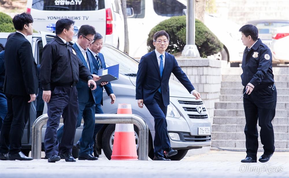 후배 검사를 성추행하고 인사보복을 가했다는 의혹을 받는 안태근 전 검사장이 18일 오전 서울 서초구 서울중앙지방법원에서 영장실질심사를 받기 위해 출석하고 있다.