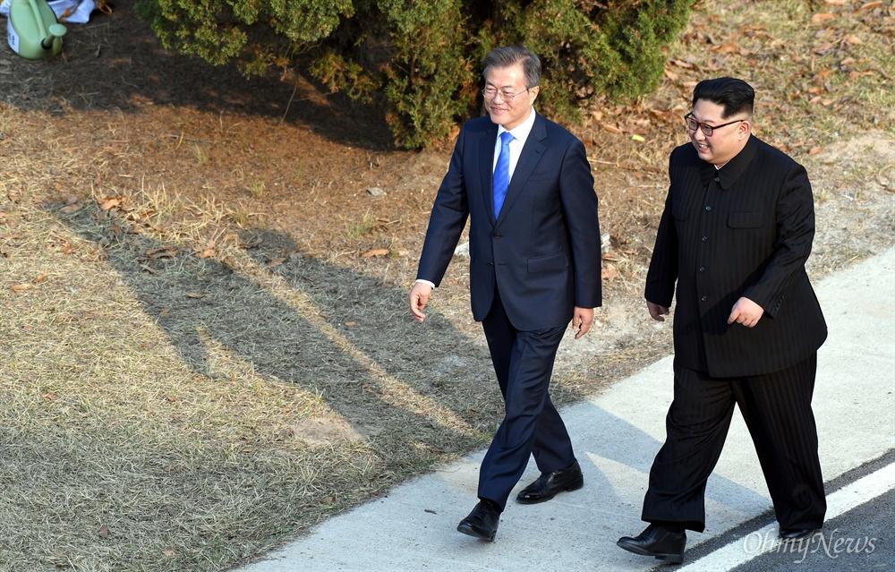 산책하고 돌아오는 남-북 정상 2018 남북정상회담이 열린 27일 오후 문재인 대통령과 김정은 국무위원장이 회담장인 판문점 남측 평화의 집 부근 '도보다리'까지 산책한 뒤 돌아오고 있다.