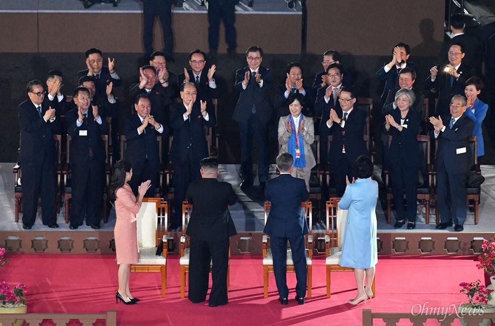 박수 받는 남-북 정상 부부 문재인 대통령과 부인 김정숙 여사, 김정은 국무위원장과 리설주 여사가 27일 오후 판문점 남측 평화의 집 앞마당에서 열린 2018 남북정상회담 환송공연 '봄이 온다' 공연에서 참석자들의 박수를 받고 있다.