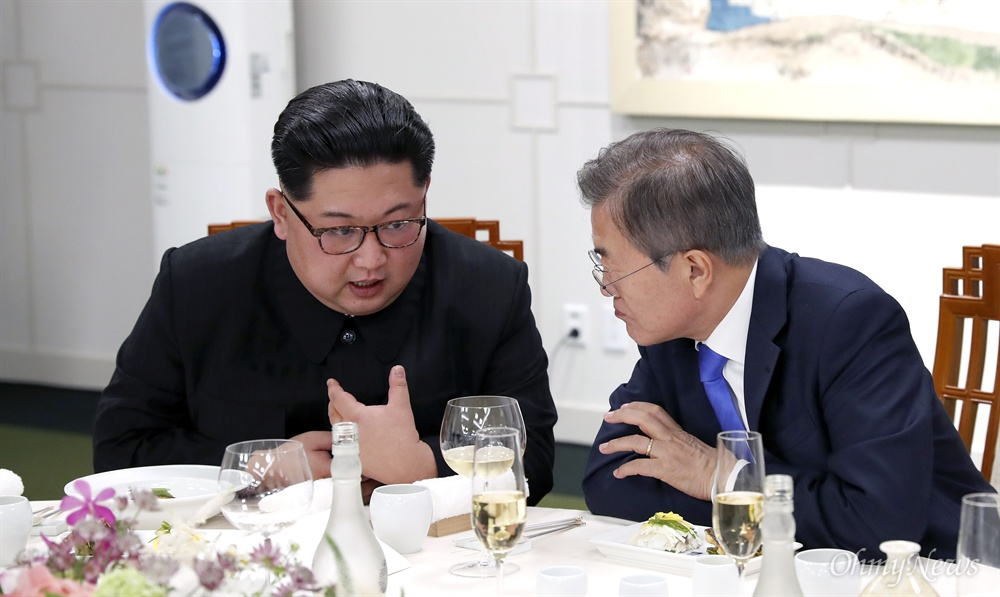 문재인 대통령과 김정은 국무위원장이 27일 오후 판문점 남측 평화의 집에서 열린 2018 남북정상회담 환영만찬에서 머리를 맞대고 이야기를 나누고 있다.