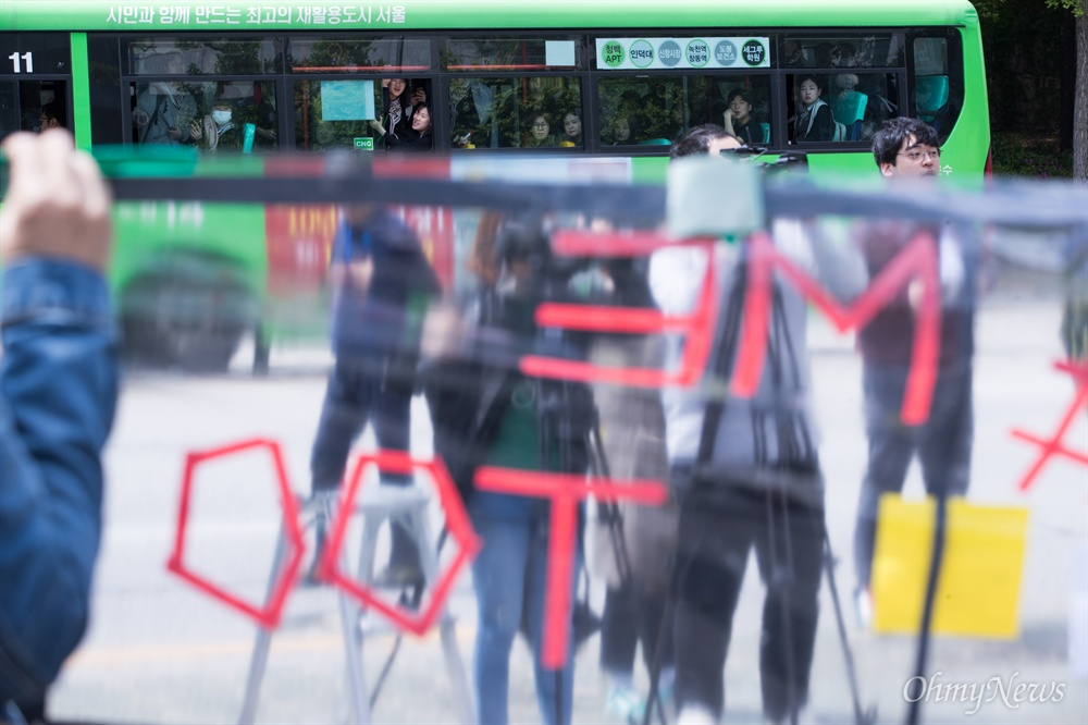 노원 스쿨미투를 지지하는 시민모임 회원들이 3일 오전 서울 노원구 북부교육지원청에서 최근 발생한 용화여고 미투 운동 해당 교사 처벌 촉구 기자회견을 하자 지나가던 버스 승객들이 관심있게 지켜보고 있다.