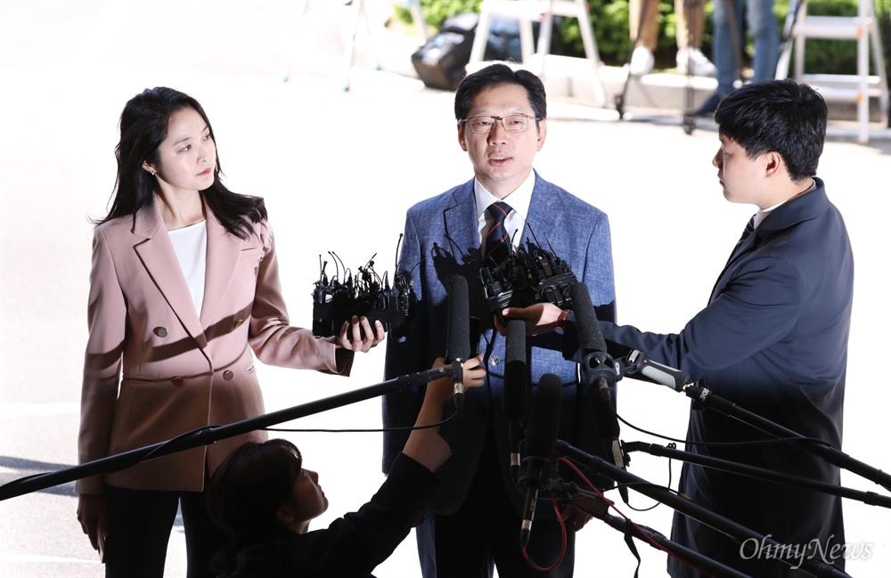경남도지사에 출마한 김경수 더불어민주당 의원이 4일 오전 서울 종로구 서울지방경찰청에 드루킹 관련 조사를 받기 위해 출석하고 있다.