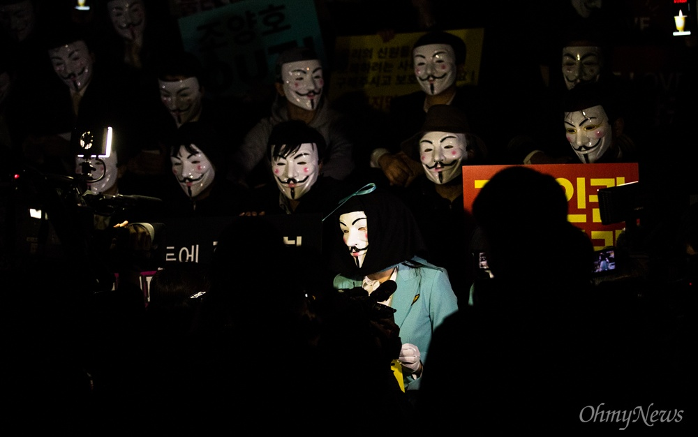 대한항공 직원들과 가족, 지지하는 시민 등이 4일 오후 서울 종로구 세종문화회관 옆 계단에서 대한항공 조양호 회장 일가 및 경영진 퇴진과 갑질 근절을 위한 1차 촛불집회를 열고 있다.