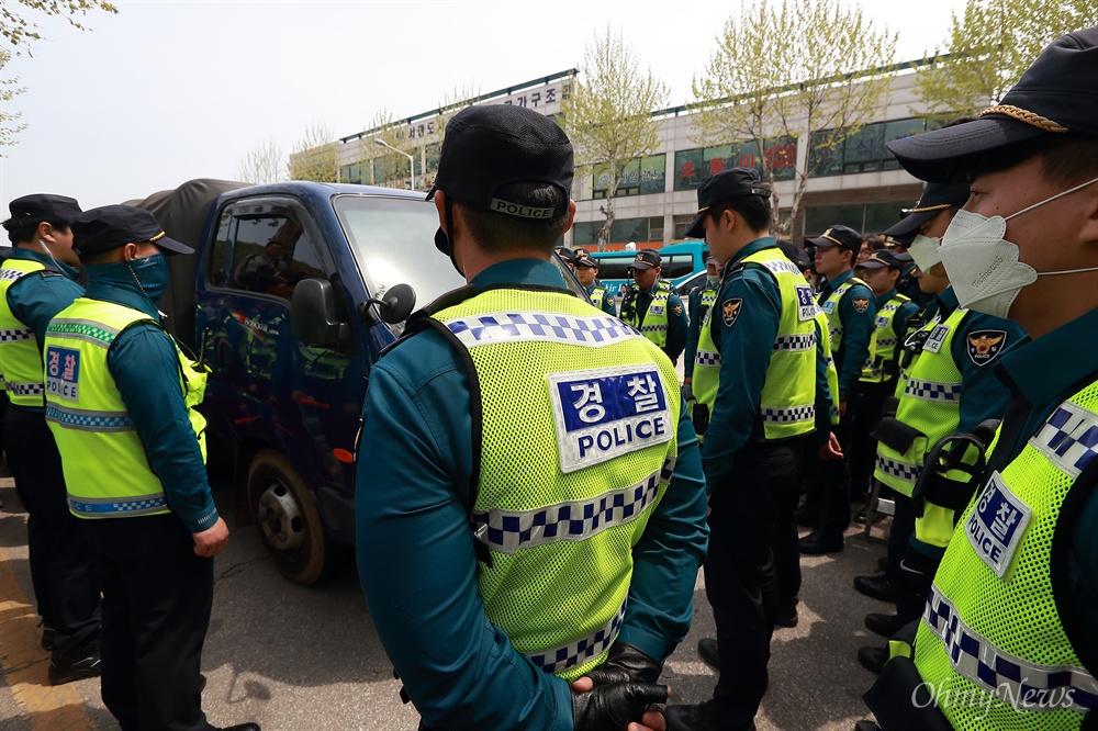 대북전단 살포 저지하는 경찰 박상학 자유북한운동연합 대표와 탈북자단체 회원들이 5일 오후 경기도 파주 오두산통일전망대 주차장에서 김정은 국무위원장을 비난하는 대북전단 살포를 시도하자, 경찰이 장비가 실린 차량을 에워싸며 저지하고 있다.