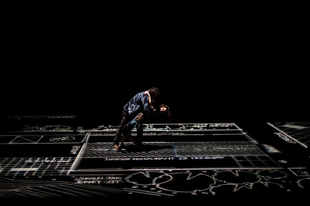 가까워질수록 닮아가는 두 사람의 연극 <하이젠버그> 서울 두산아트센터 연강홀에서 지난 4월 24일에 개막한 연극 <하이젠버그>의 공연 및 콘셉트 이미지. 75세의 알렉스 프리스트와 42세의 죠지 번스의 만남, 성장, 변화 그리고 사랑을 그렸다. 작품의 제목이 <하이젠버그>인 이유는, '하이젠베르크의 불확정성의 원리'를 작품에 녹였기 때문이다. 그렇게 둘은 내일을 예측할 수 없는 현실 속에서 서로에게 기대고, 의지한다. 오는 20일까지.