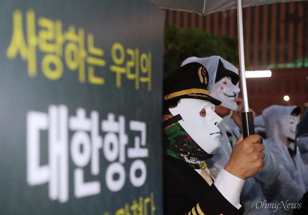 '조양호 OUT' 대한항공 직원 2차 촛불집회 대한항공 직원과 가족, 시민들이 12일 오후 서울역 광장에서 대한항공 조양호 회장 일가 및 경영진 퇴진과 갑질 근절을 위한 2차 촛불집회를 열고 있다.