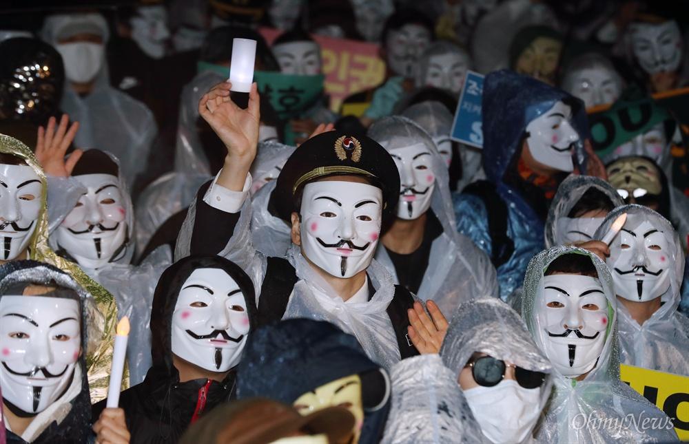 '조양호 OUT' 촛불 든 대한항공 직원들 대한항공 직원과 가족, 시민들이 12일 오후 서울역 광장에서 대한항공 조양호 회장 일가 및 경영진 퇴진과 갑질 근절을 위한 2차 촛불집회를 열고 있다.