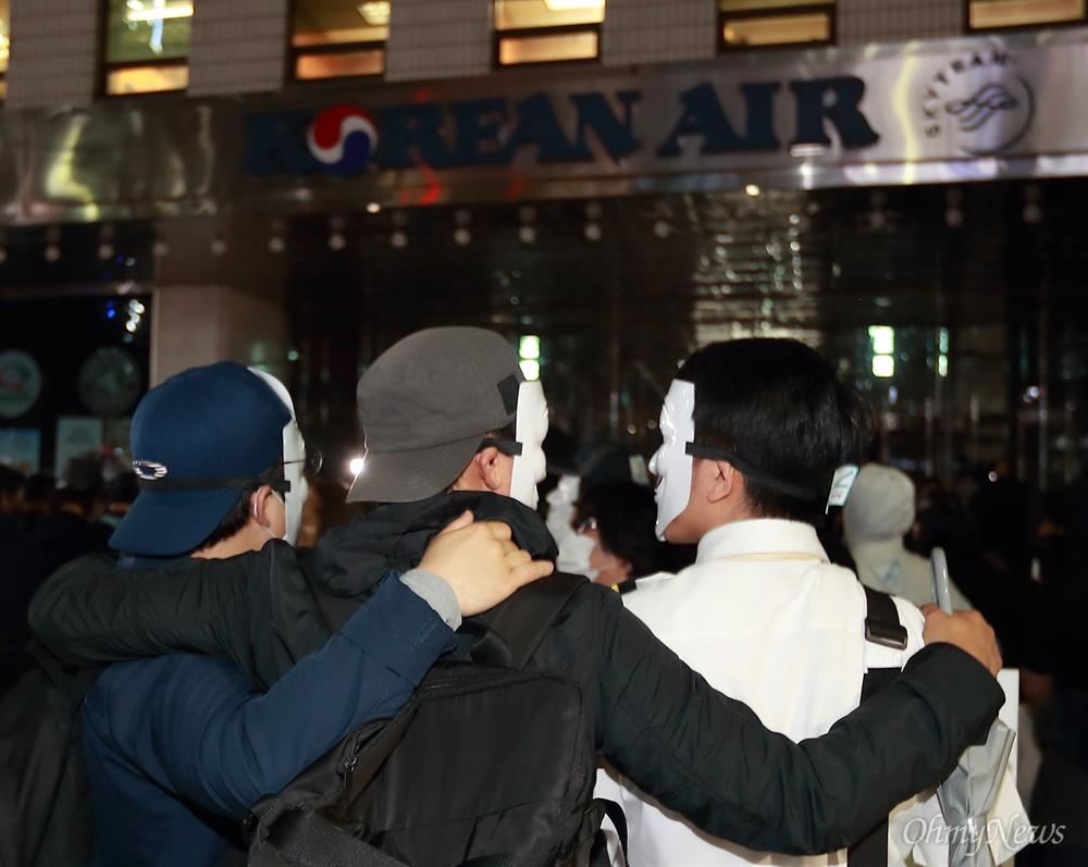 어깨동무한 대한항공 직원들 '이젠 든든한 동지' 18일 오후 서울 종로구 세종로공원에서 열린 대한항공직원연대 주최 '조양호 일가 및 경영진 퇴진, 갑질STOP 3차 촛불집회'에 참석했던 직원과 시민들이 행진을 한 뒤 서소문 대한항공 빌딩앞에서 마무리 집회를 하고 있다.