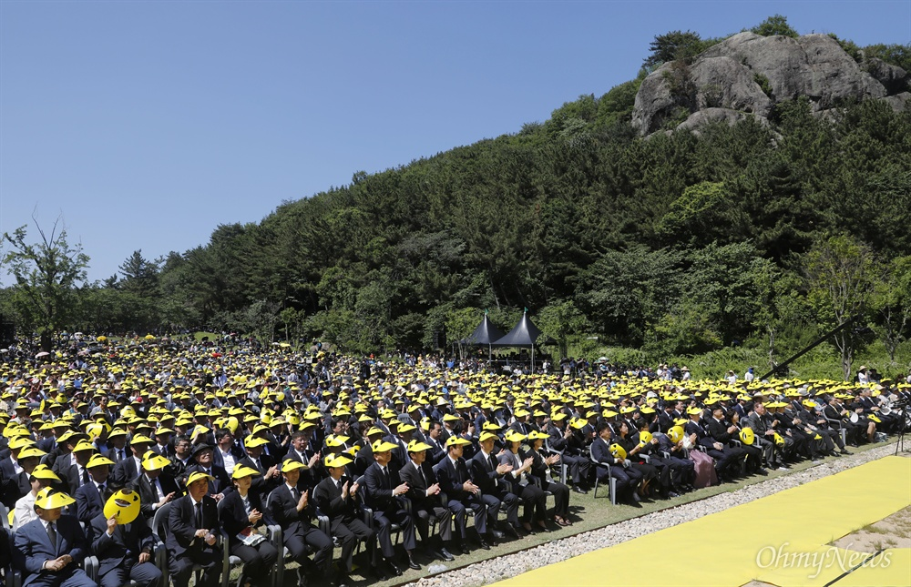 23일 경남 김해시 봉하마을 대통령 묘역에서 노무현 전 대통령 9주기 추도식이 열리고 있다.